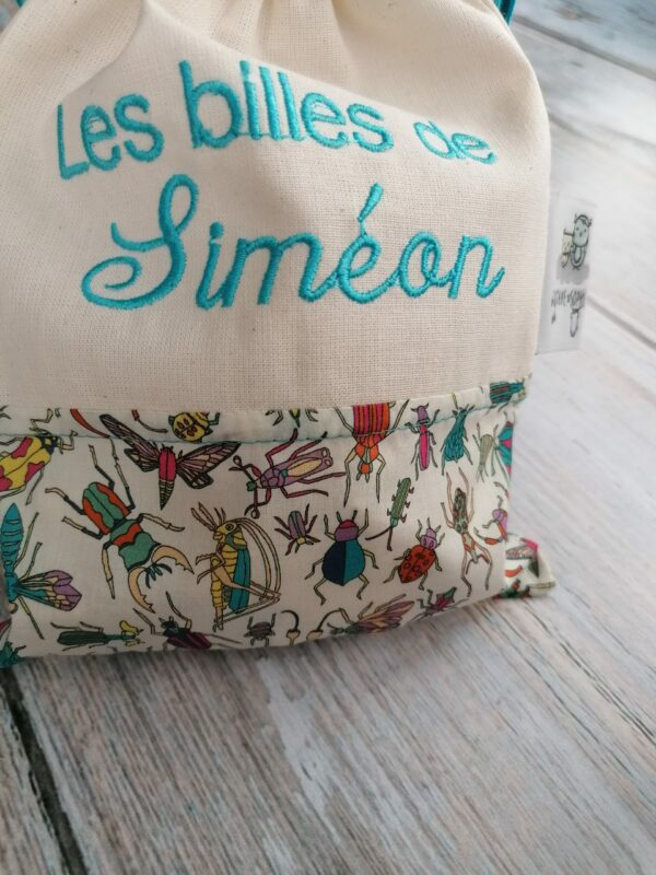 un sac de billes brodé en liberty avec insectes et coton bio