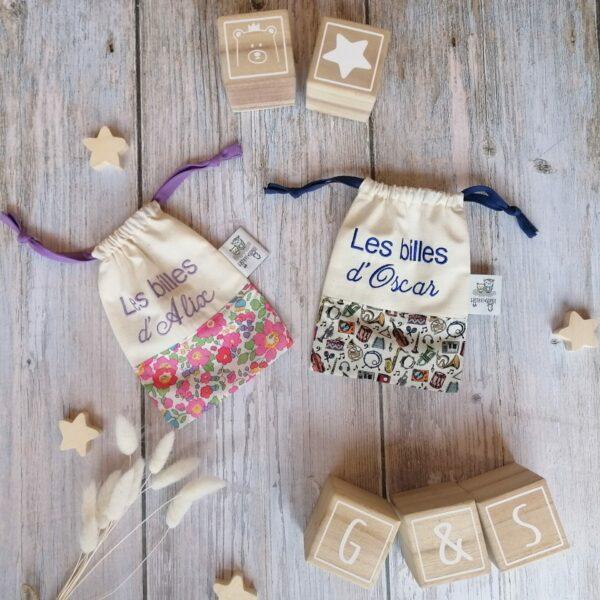 Un sac de billes brodé en liberty et coton biologique pour y transporter ses précieux trésors !